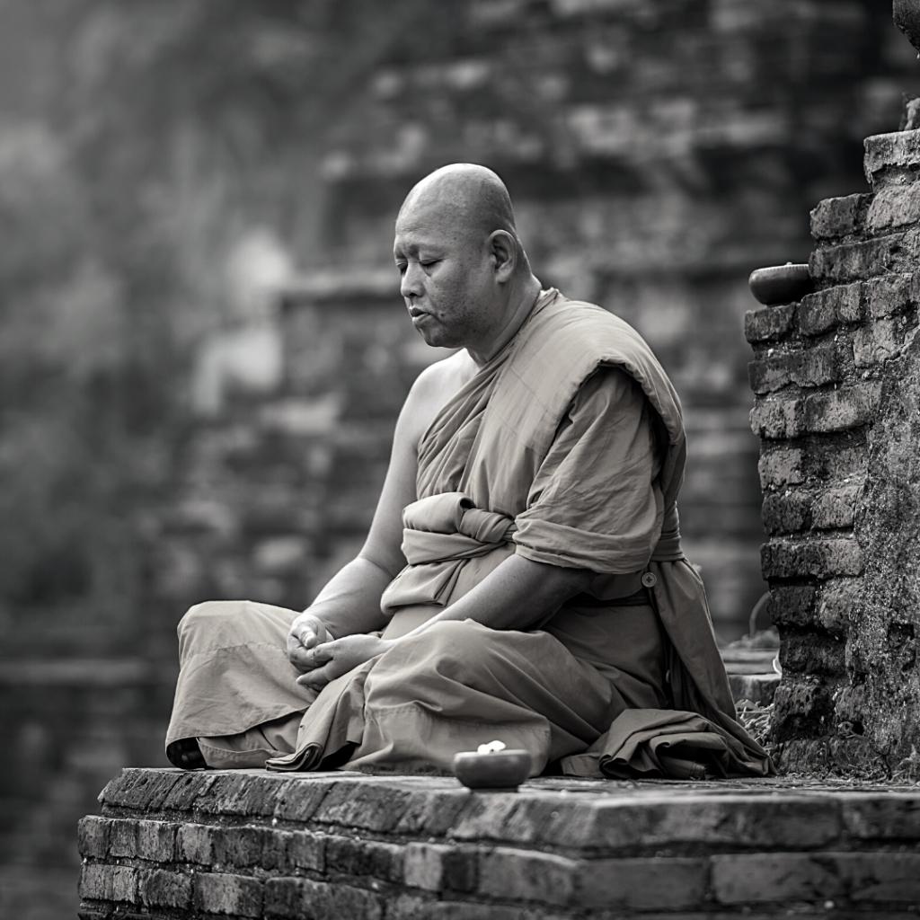 Moine bouddhiste en méditation de pleine conscience.